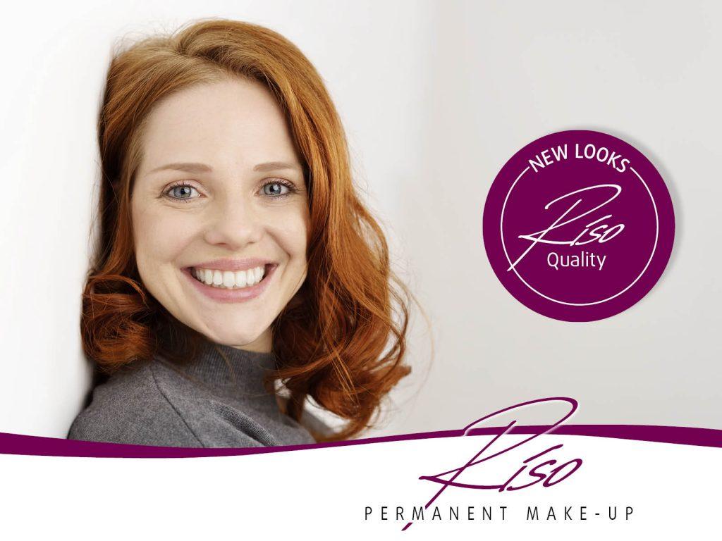 Rothaarige glückliche Frau mit dezentem Riso Permanent Make-up
